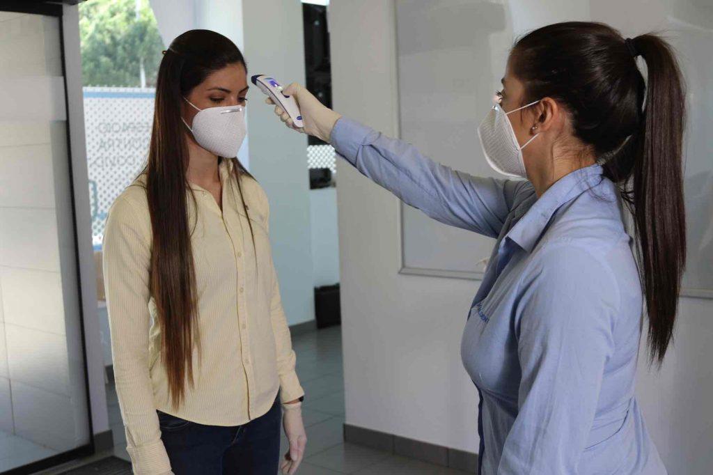 Toma de temperatura en una clínica dental